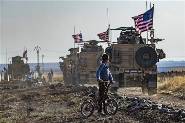 Binh sỹ Mỹ di chuyển tại thị trấn Qahtaniyah (Syria), giáp giới Thổ Nhĩ Kỳ. Ảnh: AFP/TTXVN