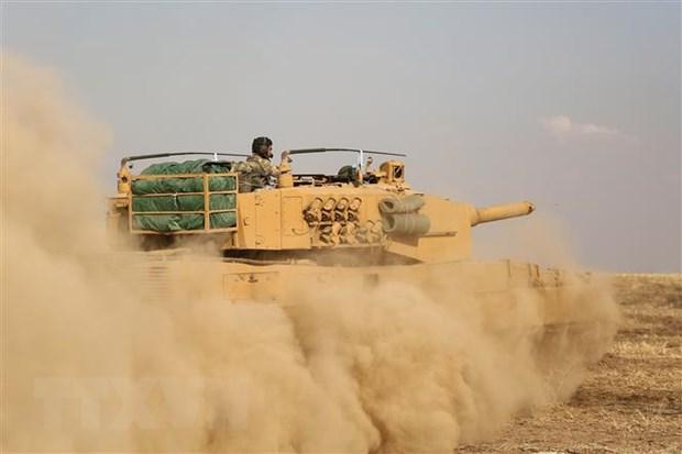 Xe quân sự Thổ Nhĩ Kỳ được triển khai gần thị trấn biên giới Ras al-Ain, tỉnh Hassakeh (Syria). Ảnh: AFP/TTXVN