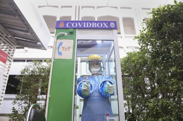 Thai Lan phat trien hop COVID bao ve nhan vien y te khi lay mau dich hinh anh 1
