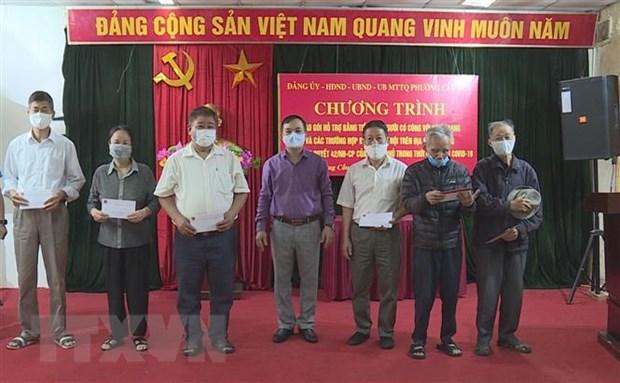 Nguoi dan Ha Noi phan khoi nhan ho tro trong ngay dau nghi le hinh anh 2