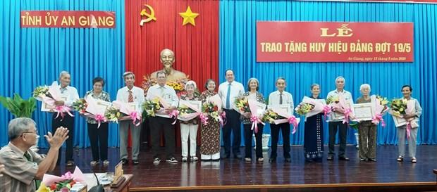 Trao Huy hieu Dang tang 205 dang vien cao tuoi Dang tai An Giang hinh anh 1