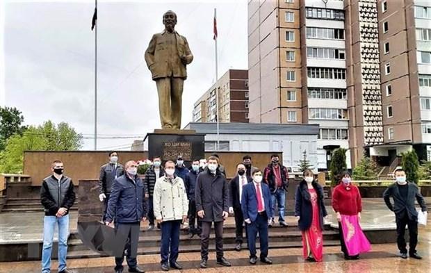 Cong dong nguoi Viet tai que huong Lenin dang hoa mung sinh nhat Bac hinh anh 2