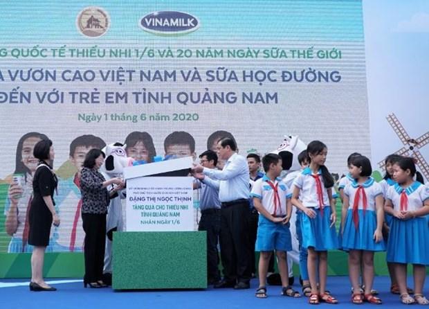 Vinamilk mang niem vui uong sua den voi tre em Quang Nam hinh anh 1