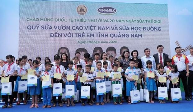 Vinamilk mang niem vui uong sua den voi tre em Quang Nam hinh anh 3