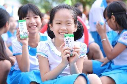 Vinamilk mang niem vui uong sua den voi tre em Quang Nam hinh anh 2