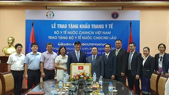 Bo Y te Viet Nam tang Bo Y te Lao 200.000 khau trang y te hinh anh 1