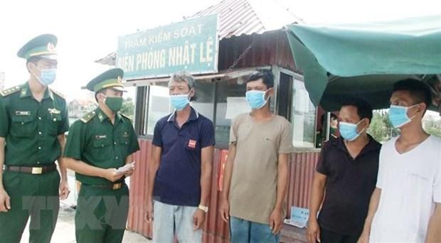 Cuu nan kip thoi 8 nguoi tren tau ca bi chim o vung bien Quang Binh hinh anh 1