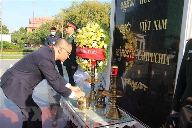 Dai su quan Viet Nam tai Campuchia dat vong hoa tai Dai Huu nghi hinh anh 1