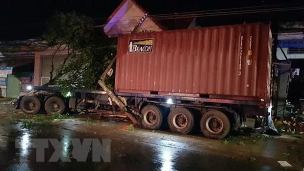 Binh Phuoc: Xe container mat lai tong lien tiep vao bon nha dan hinh anh 2