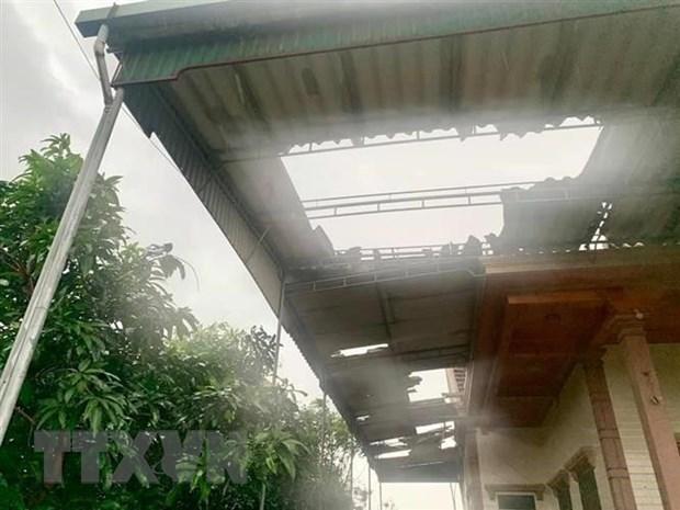 Lốc xoáy làm hư hỏng nhiều ngôi nhà dân tại xã Cương Gián (huyện Nghi Xuân, Hà Tĩnh). (Ảnh: TTXVN phát)