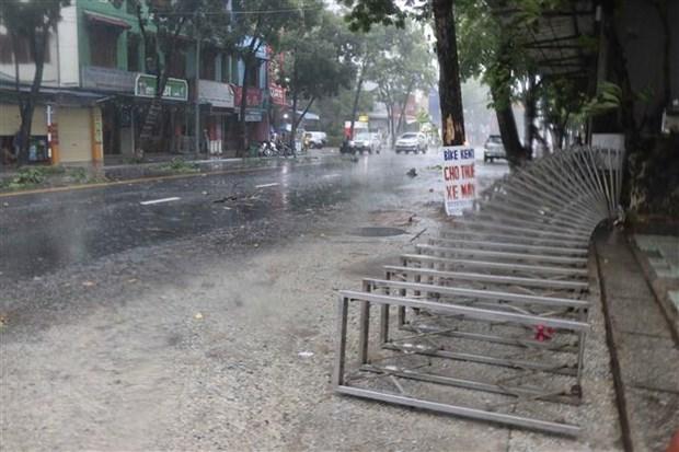Gió bão quật ngã cổng sắt cơ quan trên đường Hà Nội, thành phố Huế. (Đỗ Trưởng/TTXVN)