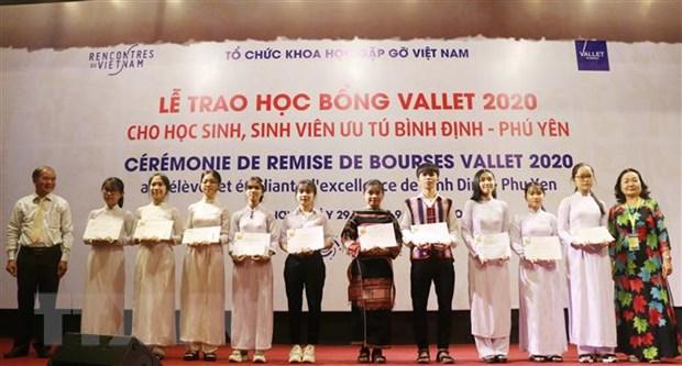 Trao hoc bong Vallet cho hoc sinh 3 tinh mien Trung, Tay Nguyen hinh anh 2