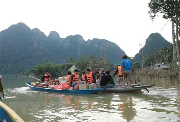 Vận chuyển hàng cứu trợ đến cho người dân ở thôn 5, xã Tân Hóa, Quảng Bình. (Ảnh: Vũ Sinh/TTXVN)