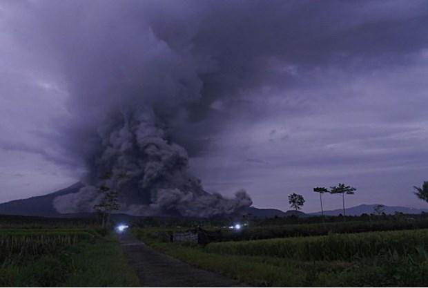Indonesia: Nui lua Semeru phun dung nham, hang tram nguoi so tan hinh anh 1