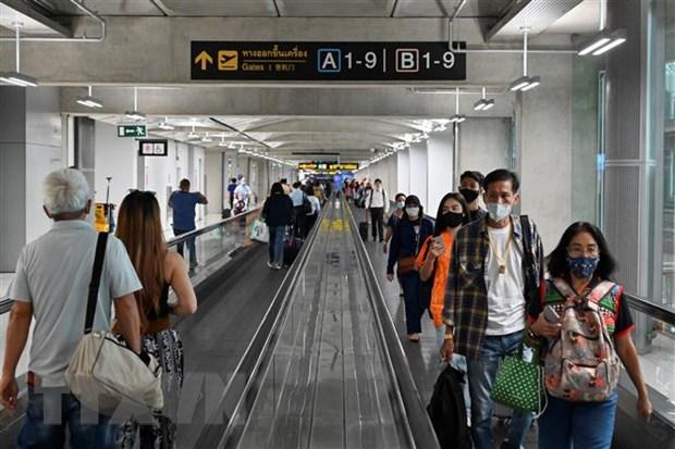 Hành khách đeo khẩu trang phòng lây nhiễm COVID-19 tại sân bay Suvarnabhumi ở Bangkok, Thái Lan.