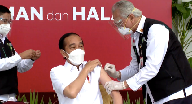 Indonesia bat dau chien dich tiem chung ngua COVID-19 toan quoc hinh anh 1