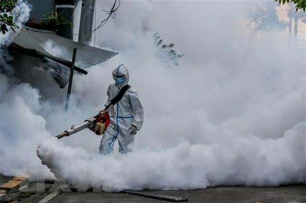 Phun thuốc khử trùng nhằm ngăn chặn sự lây lan của dịch COVID-19 tại Manila, Philippines. Ảnh: THX/TTXVN