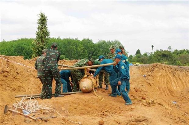 Dak Nong: Di doi an toan qua bom gan 500kg sot lai tu chien tranh hinh anh 1
