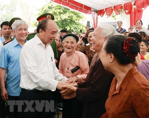 Chủ tịch nước Nguyễn Xuân Phúc thăm hỏi nhân dân xã Tứ Xã, huyện Lâm Thao, tỉnh Phú Thọ. (Ảnh: Thống Nhất/TTXVN)