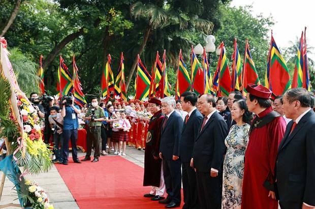Chủ tịch nước Nguyễn Xuân Phúc dâng hoa tại bức Phù điêu có hình tượng Bác Hồ nói chuyện với các chiến sỹ Đại đoàn quân Tiên phong. (Ảnh: Thống Nhất/TTXVN)