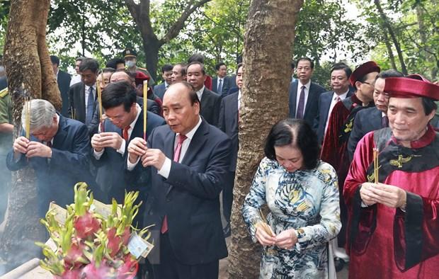 Chủ tịch nước Nguyễn Xuân Phúc dâng hương tại Lăng Hùng Vương. (Ảnh: Thống Nhất/TTXVN)
