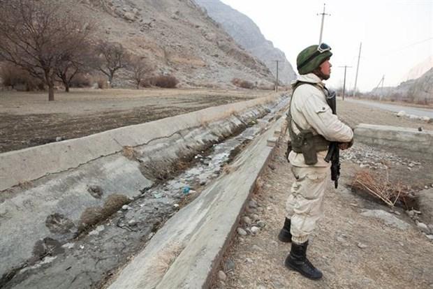 Binh sỹ Kyrgyzstan gác tại khu vực biên giới với Tajikistan. Ảnh: Eurasianet/TTXVN