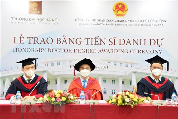 Chu tich Tap doan Zhang Yang nhan bang tien sy danh du cua DH Ha Noi hinh anh 2