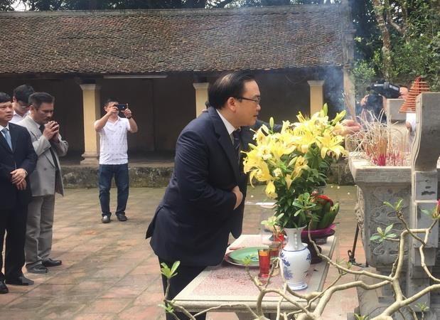 Lanh dao thanh pho Ha Noi dang huong tuong nho Vua Ngo Quyen hinh anh 1