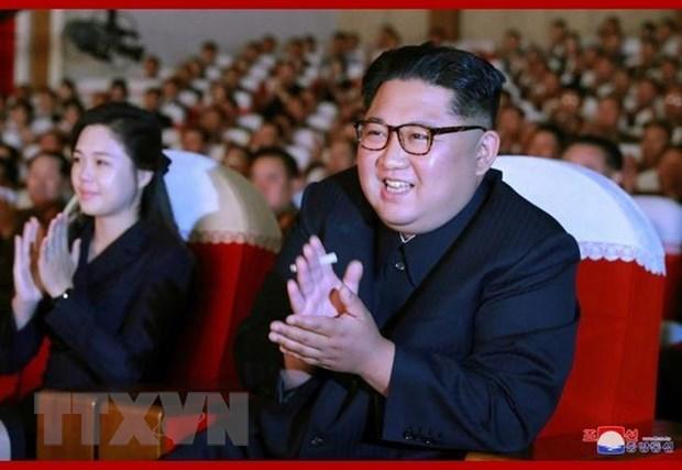 Nhà lãnh đạo Triều Tiên Kim Jong-un (phải) xem buổi biểu diễn nghệ thuật tại Bình Nhưỡng ngày 2/6 vừa qua. Ảnh: Yonhap/TTXVN