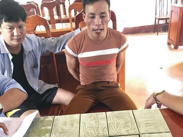 Dien Bien: Bat giu 2 doi tuong van chuyen trai phep 10 banh heroin hinh anh 1