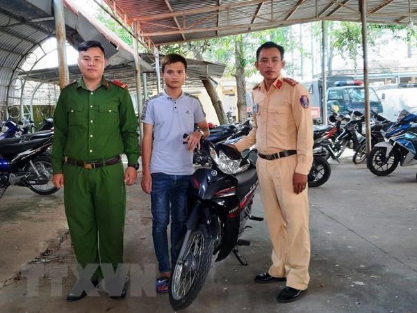 Canh sat giao thong Tay Ninh trao tra xe cho nguoi bi mat trom hinh anh 1