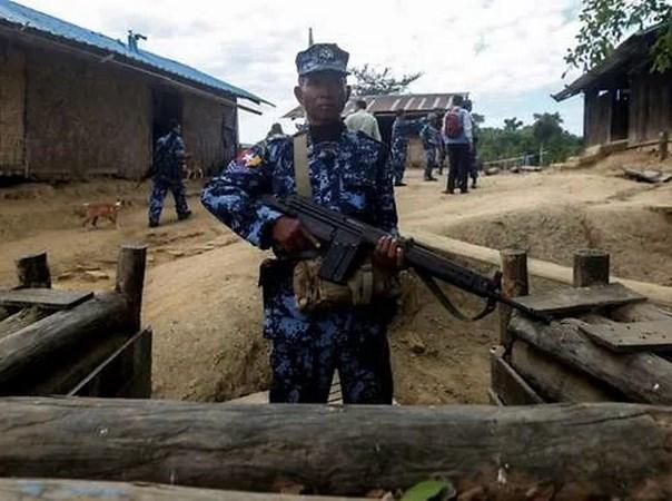 Myanmar: Cac tay sung tan cong, bat coc hang chuc canh sat hinh anh 1