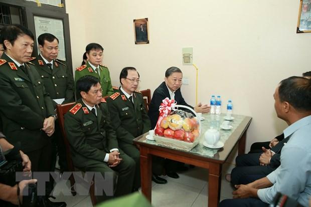 Dai tuong To Lam den chia buon voi gia dinh chien si cong an hy sinh hinh anh 1