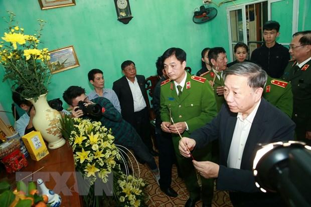Dai tuong To Lam den chia buon voi gia dinh chien si cong an hy sinh hinh anh 4