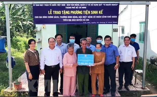 TP Ho Chi Minh: Trao phuong tien sinh ke cho doi tuong chinh sach hinh anh 1