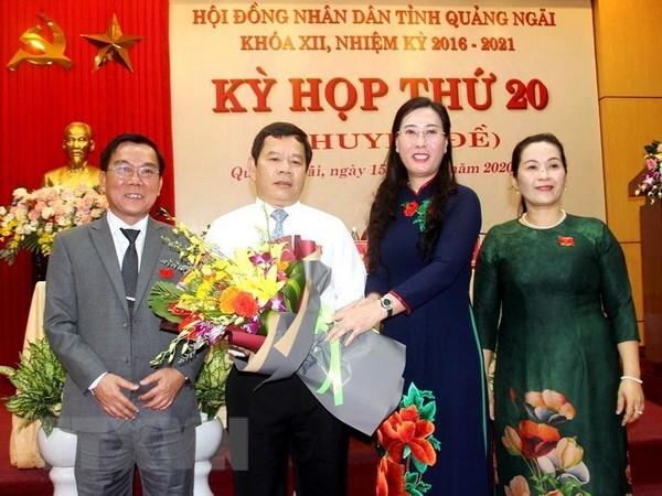 Bí thư Tỉnh ủy Quảng Ngãi Bùi Thị Quỳnh Vân tặng hoa chúc mừng ông Đặng Văn Minh. (Ảnh: Sỹ Thắng/TTXVN)