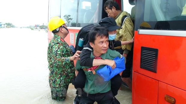 Khanh Hoa: Quan doi ung cuu khach bi mac ket tren xe buyt do mua lu hinh anh 2