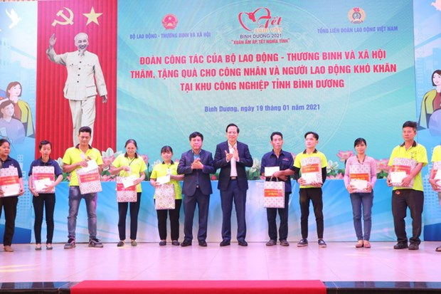 Bo truong Lao dong-Thuong binh-Xa hoi tang qua Tet cho cong nhan hinh anh 1