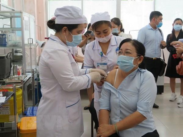 Tiem vaccine phong COVID-19 dam bao an toan, dung tien do hinh anh 2