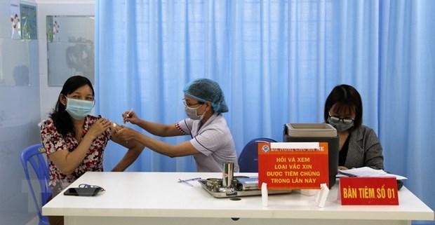Tiem vaccine phong COVID-19 dam bao an toan, dung tien do hinh anh 1