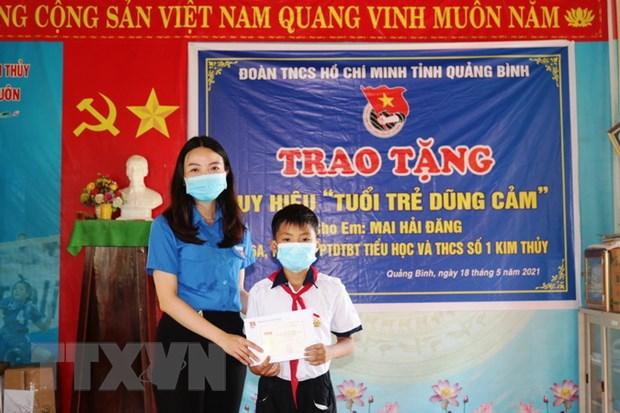 "Tang Huy hieu ""Tuoi tre dung cam"" cho nam sinh cuu nguoi duoi nuoc hinh anh 1"
