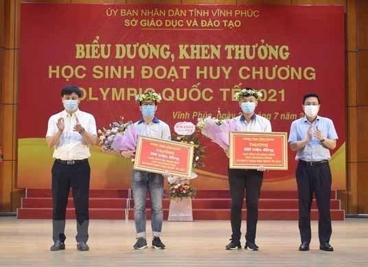Vinh Phuc: Khen thuong 2 hoc sinh doat huy chuong Olympic quoc te 2021 hinh anh 1
