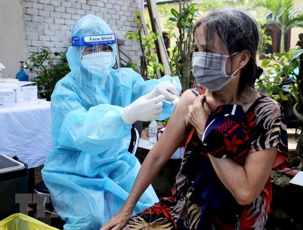 TP.HCM: Nguoi dan trong khu phong toa vui mung khi duoc tiem vaccine hinh anh 1