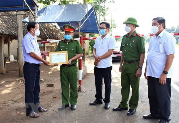Khen thuong can bo chot kiem soat dich kip thoi dua san phu di vien hinh anh 1