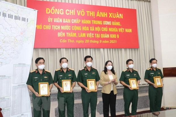 Pho Chu tich nuoc Vo Thi Anh Xuan lam viec voi Quan khu 9 hinh anh 1