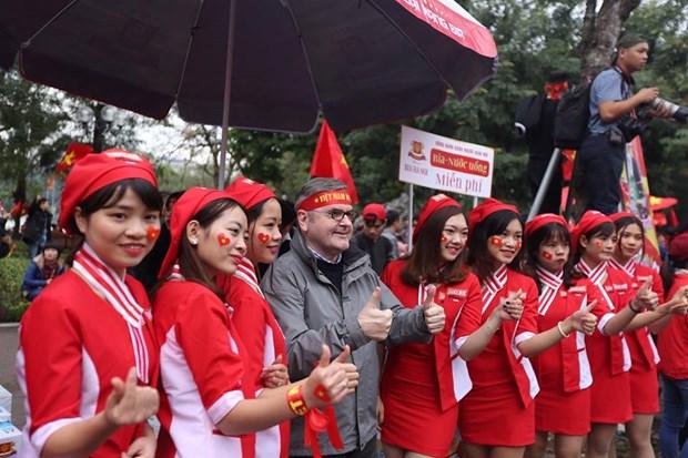 Nhung bong hong xinh dep xuong pho co vu U23 Viet Nam tai Ha Noi hinh anh 3
