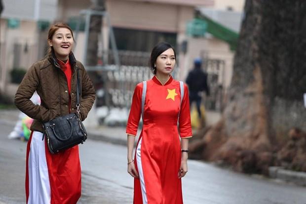 Nhung bong hong xinh dep xuong pho co vu U23 Viet Nam tai Ha Noi hinh anh 5