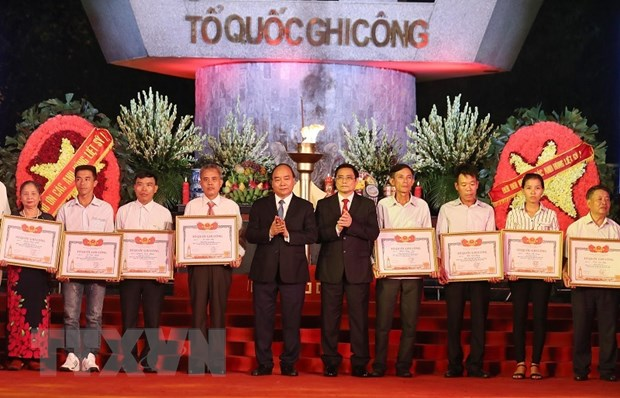 Trao bang To quoc ghi cong cho than nhan, gia dinh 442 liet sy hinh anh 1