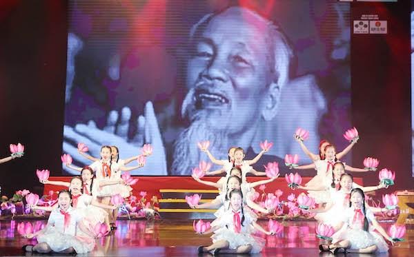 'Qua thang Nam dang Nguoi': Thanh kinh nho ve vi cha gia cua dan toc hinh anh 1