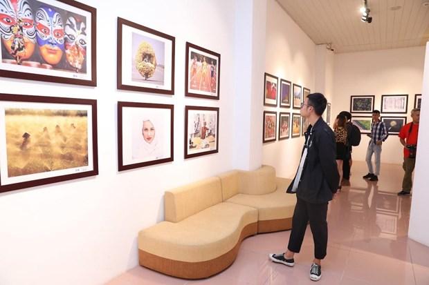 Du khách tham quan không gian trưng bày những tác phẩm nổi bật của cuộc thi. (Ảnh: TTXVN)